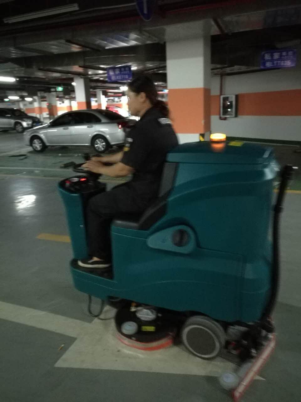 大驾驶式洗地机